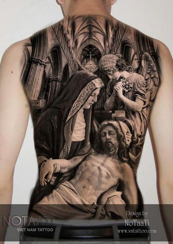 Vemos un espectacular tatuaje en blanco y negro de la piedad