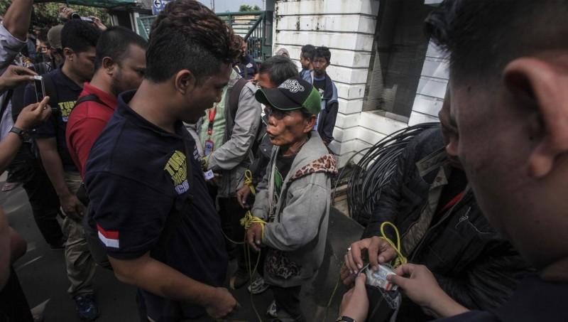 Polisi melakukan pemeriksaan terhadap sekelompok preman di Kampus Trisakti