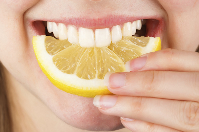 Memutihkan Gigi Secara Alami Menggunakan Lemon