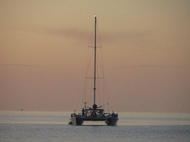 Перед катамарана в море