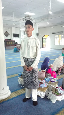 Kami tak tahu ada pasangan pengantin lain akan turut sama dinikahkan di  masjid tersebut. Kami nampak ada persediaan untuk upacara nikah. 3fd0fb18e9