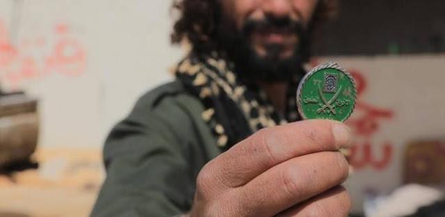 سكاي نيوز - جندي ليبي يعثر على شعار الإخوان في مقر لتنظيم القاعدة