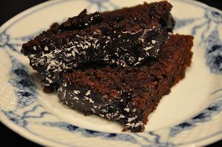 chokoladekage med kokos på toppen