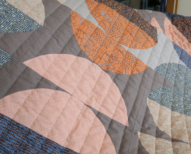 Luna Lovequilts - Half circle quilt - Quilting close-up