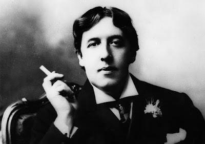 Φωτογραφία του Όσκαρ Ουάιλντ, ενώ καπνίζει / Oscar Wilde smoking