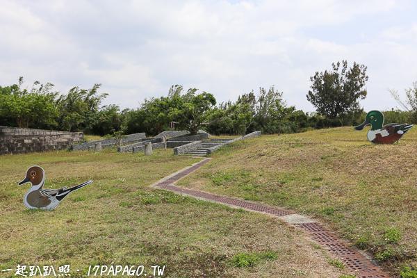 周圍的草原可能也有野鳥會棲息,有放上一些鳥型立牌