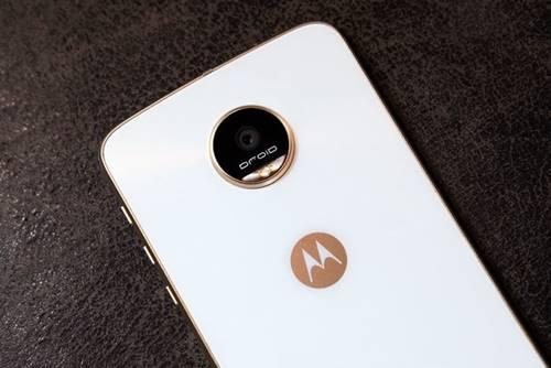 A Lenovo deu um reset no catálogo de tops de linha da antiga Motorola com o lançamento dos Moto Z e Z Play e todo o conceito modular desses dispositivos