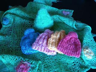 manta verde e gorro azul, rosa bebe, laranja, rosa choque e verde  tricotado com lã de ovelha