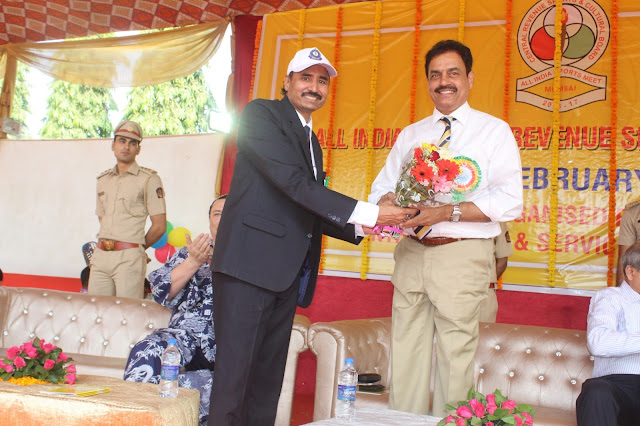 Dilip Vengsarkar was felicitated by S. R. Prasad