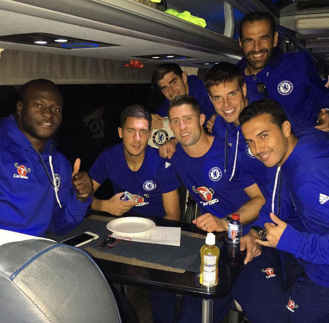 Chelsea players pose for groupie after 4.-2 thrashing of Leicester City