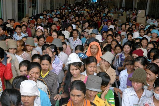 Ouvrières du textile au Cambodge, attendant l'ouverture des ateliers. Photographie ILO (CC)