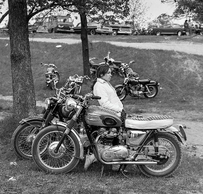 http://zzzze.tumblr.com/post/165686723240/bill-rauhauser-woman-leaning-on-motorcycle