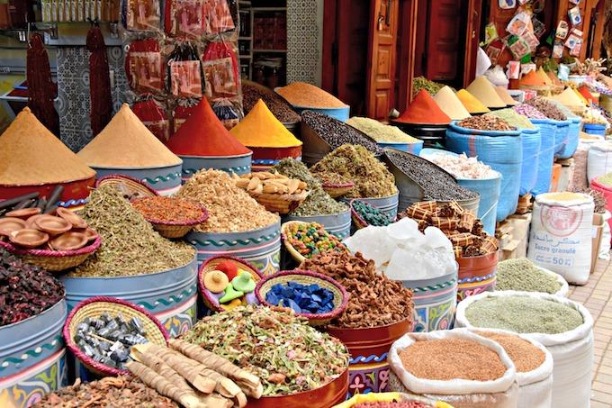 Righe bianche e oro nella coloratissima Marrakech