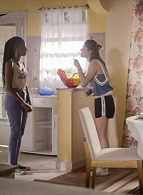 Jaqueline (Gabz) vai tentar se explicar para Anjinha (Caroline Dallarosa)