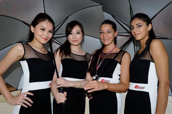 Gadis Payung di Sirkuit Sepang Malaysia