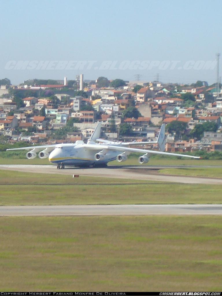 A chegada do Antonov 225 pela primeira vez no Brasil em 2010. Foto © Herbert Monfre