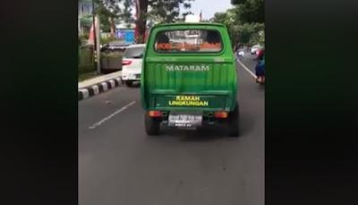 Mobil sepotong dari belakang