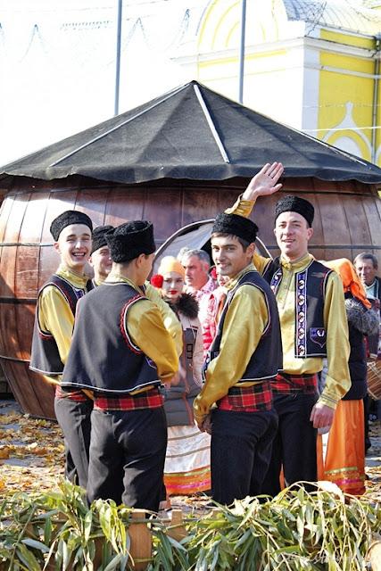 Grup de găgăuzi în costume tradiționale la un festival local - blog FOTO-IDEEA