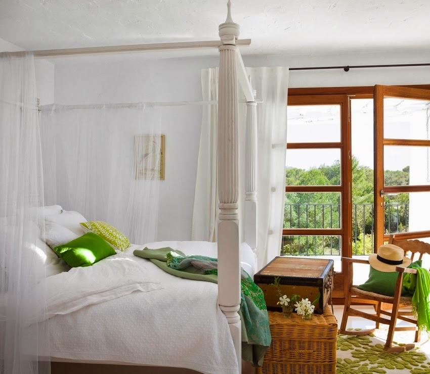Biało-niebieska posiadłość na Ibizie, wystrój wnętrz, wnętrza, urządzanie domu, dekoracje wnętrz, aranżacja wnętrz, inspiracje wnętrz,interior design , dom i wnętrze, aranżacja mieszkania, modne wnętrza, białe wnętrza, niebieskie dodatki, sypialnia