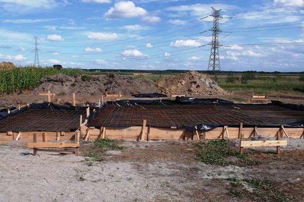 przygotowanie do wylewania płyty fundamentowej pod dom szkieletowy