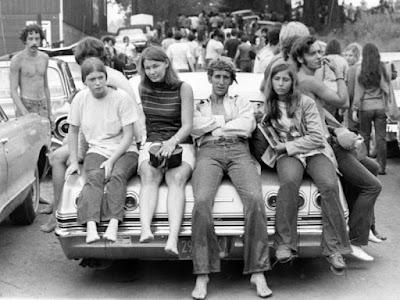 Kaos yang dikenakan oleh kaum Hippie