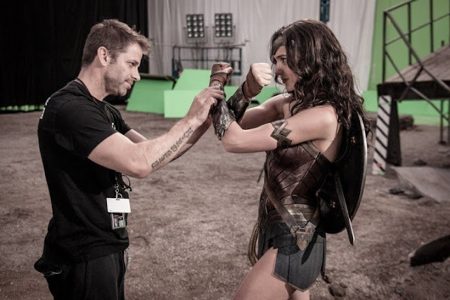Gal Gadot como Wonder Woman junto a Zack Snyder