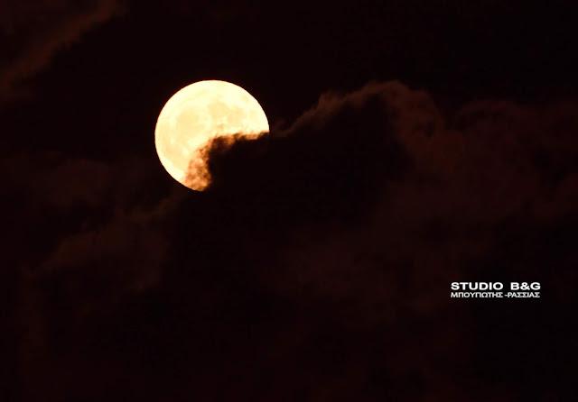 Φωτογραφικές στιγμές με την Πανσέληνο του Οκτώβρη πάνω από το Ναύπλιο