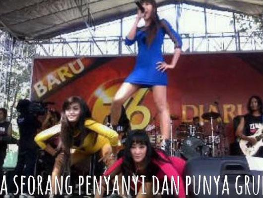 Foto-foto Hot Bu Dendy 'Ovie' Saat Jadi Biduan Dangdut