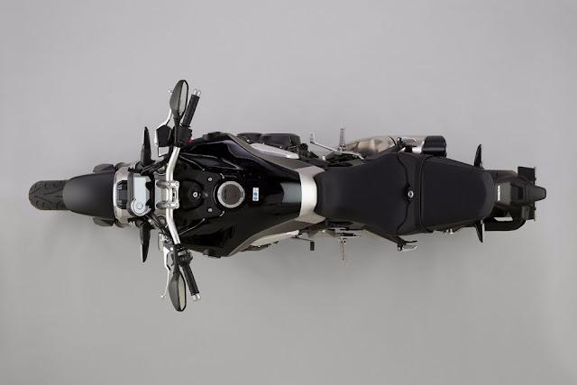 El tanque de combustible de la CB1000R 2018 es de 16.2 litros (4.3 galones)