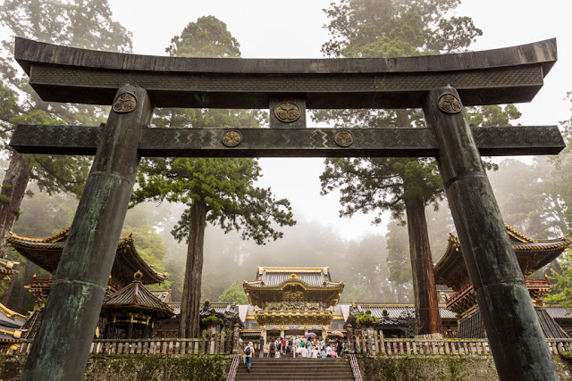 Más allá del Torii, al final de la escalinata: la puerta de Yomeinon :: Canon EOS5D MkIII | ISO400 | Canon 17-40@26mm | f/5.6 | 1/50s