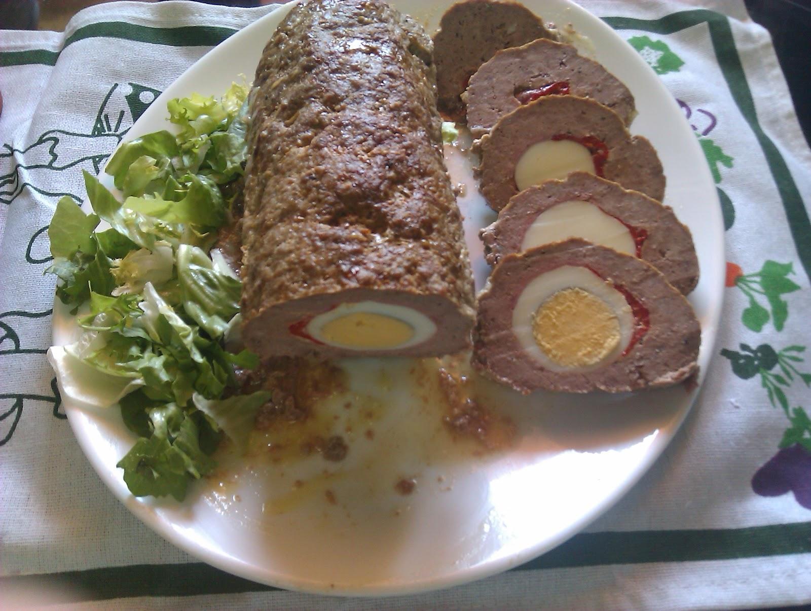 redondo de carne picada relleno en salsa