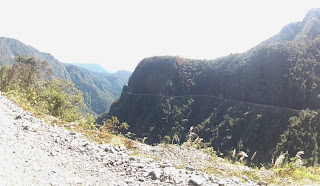 Um corte de estrada na rocha.