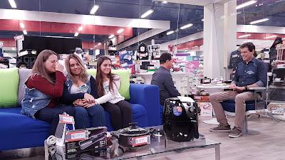 Na foto: Celso com uma das famílias participantes  Crédito: Divulgação/SBT