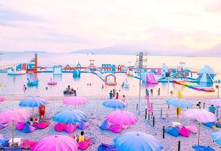 El parque flotante más grande del mundo. El parque acuático hinchable más grande del mundo. Parque Isla Inflable e isla Unicornio en Filipinas.