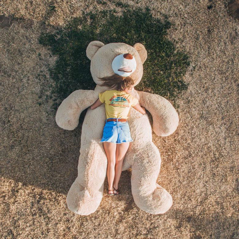 Garota leva seu urso de pelúcia gigante para dar um passeio pela cidade 844bdc27d6f