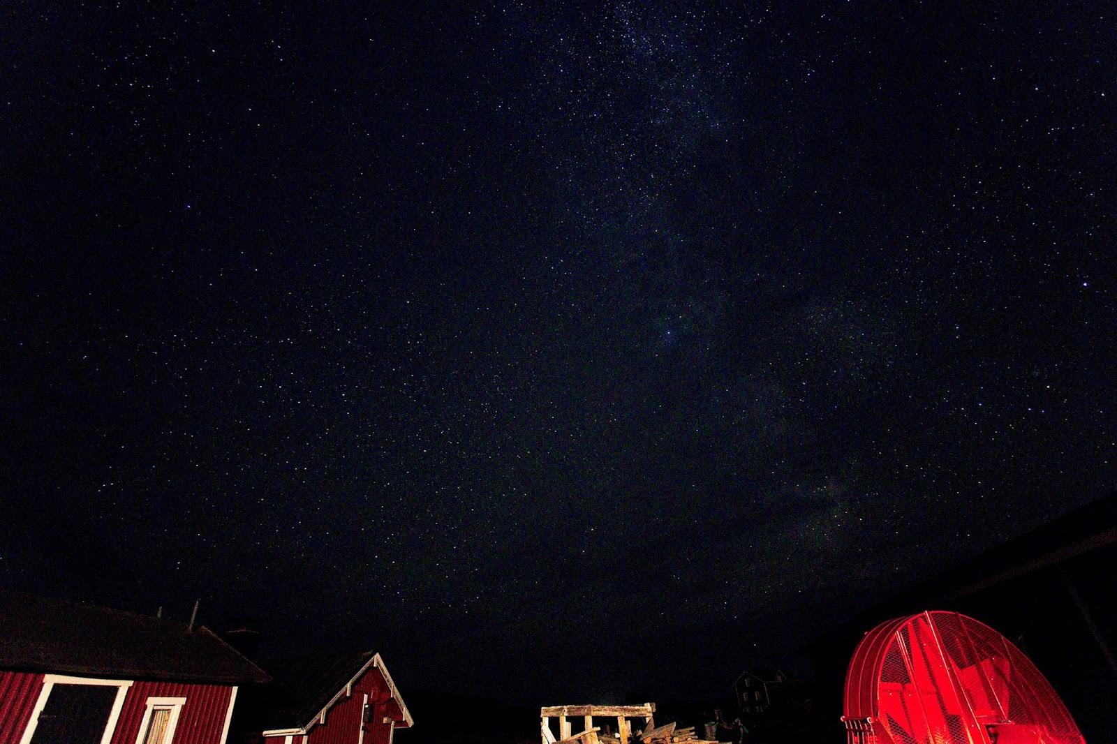 Tähtitaivas Jurmon kylän yllä