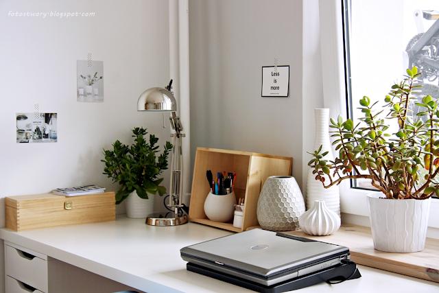 biały blat, drewniany parapet, sukulenty, miejsce do pracy, workspace