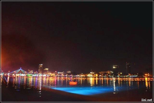 Mặt nước sông Hàn lung linh trong đêm