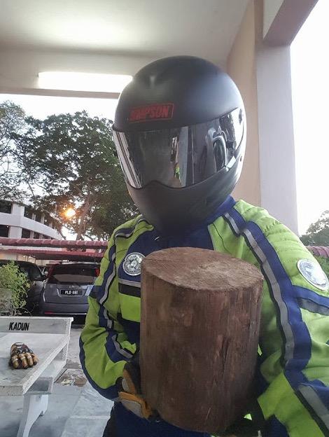 Luahan Rider Jumpa Bongkah Kayu di Lebuhraya