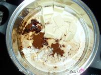 Crema de galletas, chocolate blanco, café y leche en el caldero