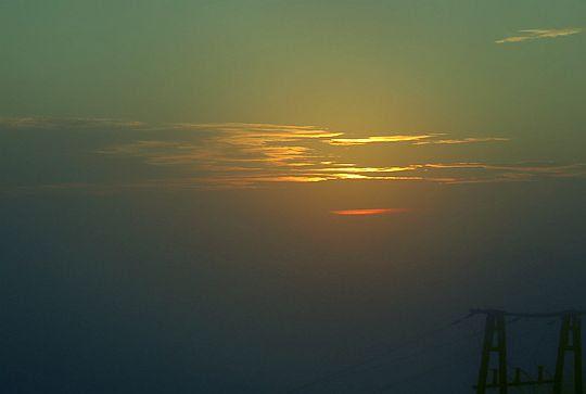 Rysy chmur kontrastują jakby pochodziły z magicznego świata.