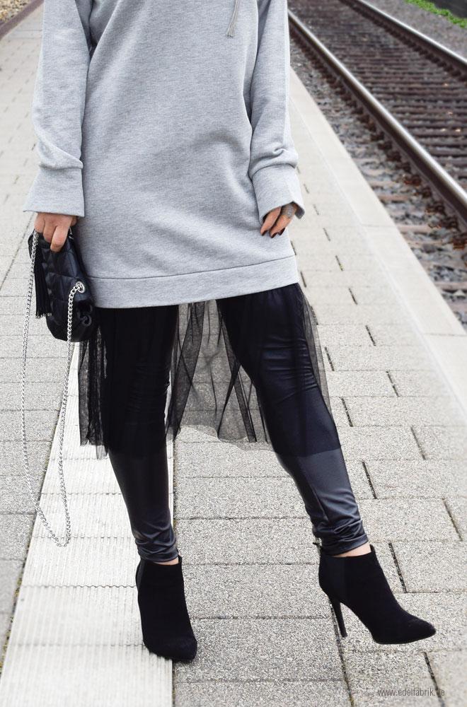 schwarzer Tüll an grauem Kleid aus Sweatshirt Stoff, schwarze High Heels