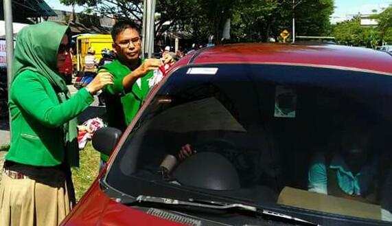 Aksi Simpatik Jelang HUT RI ke 72, DPC PPP Padang Bagi-bagi Bendera ke Pengendara