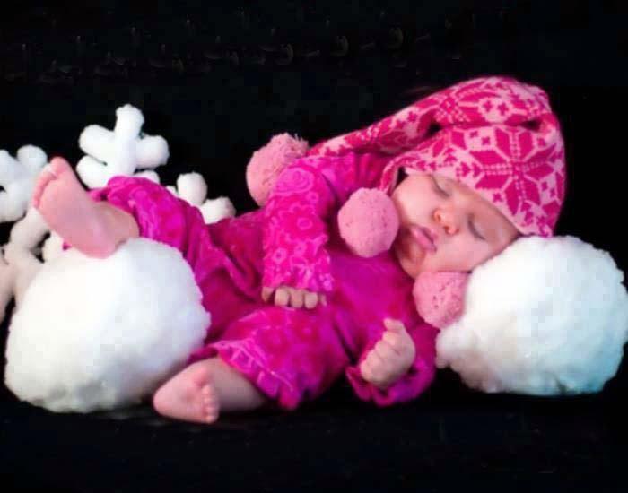 Kırmızı elbise duvar kağıdı güzel sevimli bebek