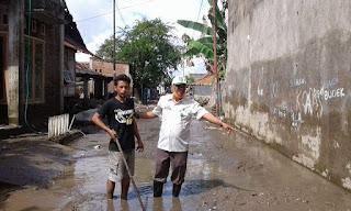 Lurah Dara Pimpin Gotong Royong Bersihkan Sampah dan Lumpur