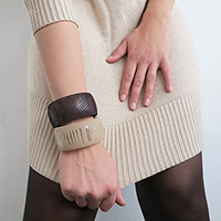 http://www.ohohdeco.com/2013/01/customized-plastic-bracelet-pulsera-de.html
