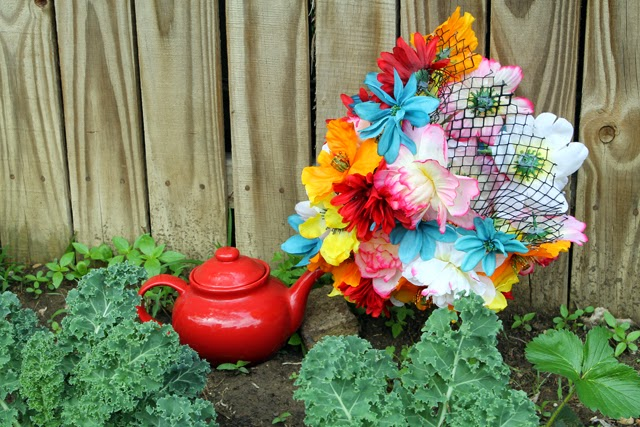 Make this flowering tea pot decor for your garden or home with this DIY by @punkprojects