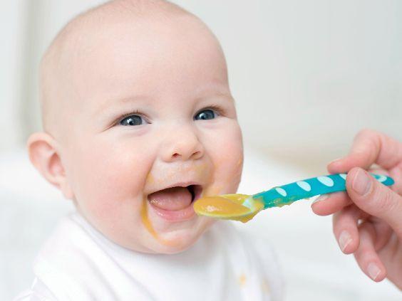 متى يبدا الطفل بالاكل؟ معلومات ونصائح