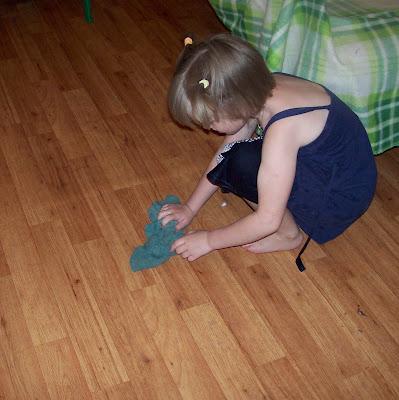 Элли моет полы