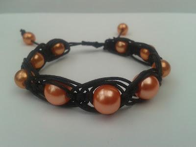 bransletka, czarny sznurek, pomarańczowe koraliki